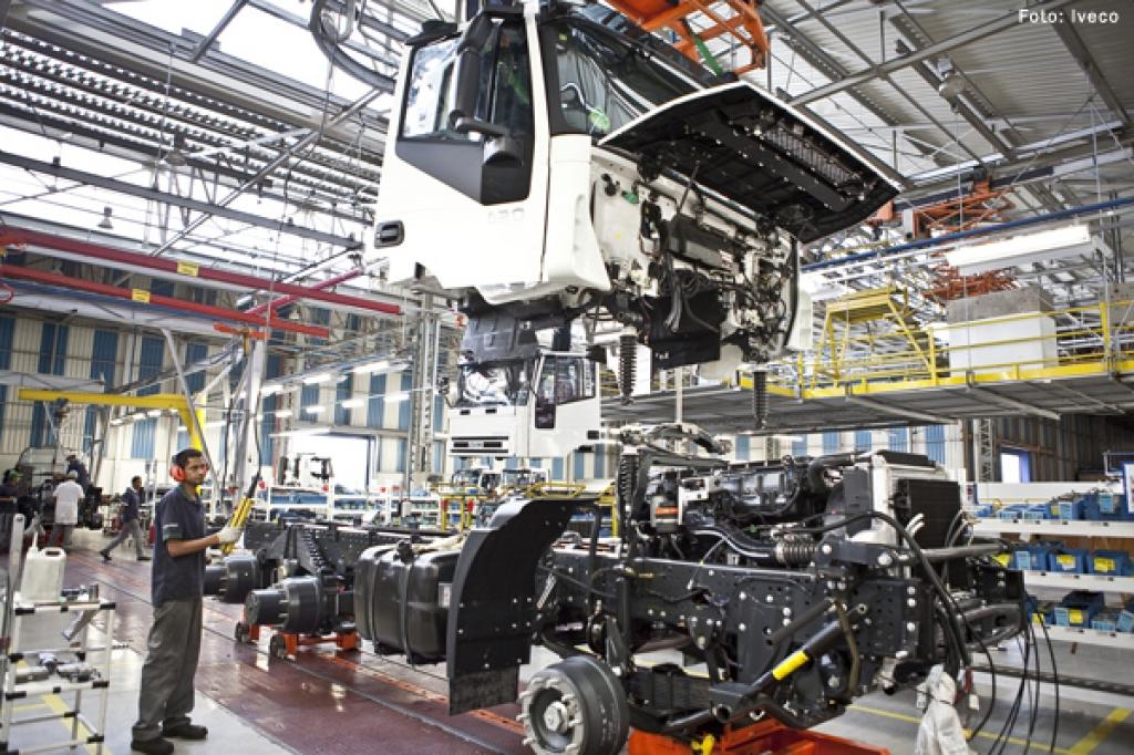 Produção de caminhões volta a níveis de 1999