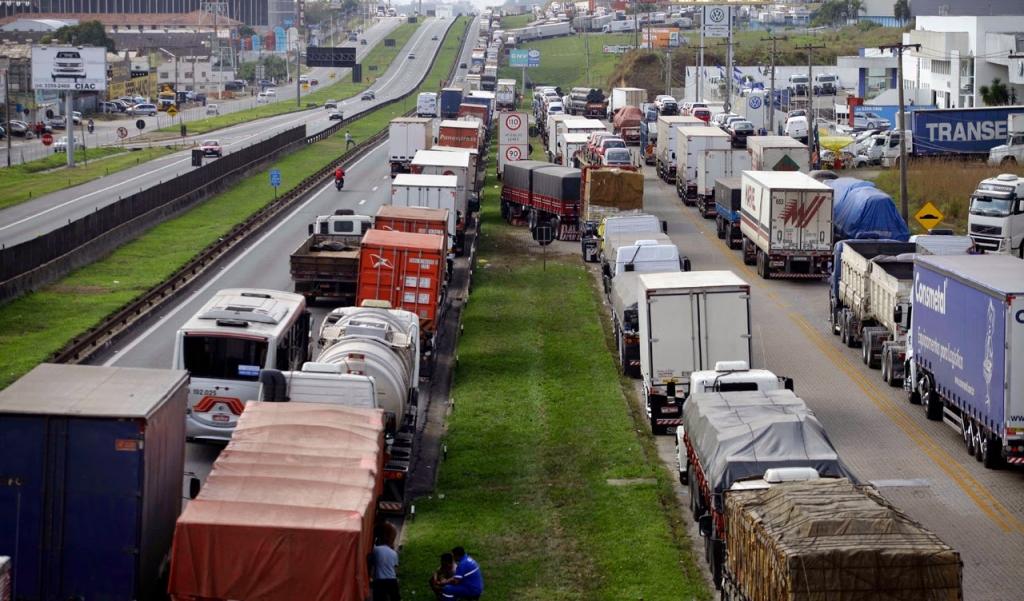 Protesto de caminhoneiros bloqueia trechos de várias estradas do país